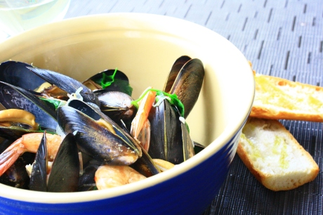 mussels served with baguette